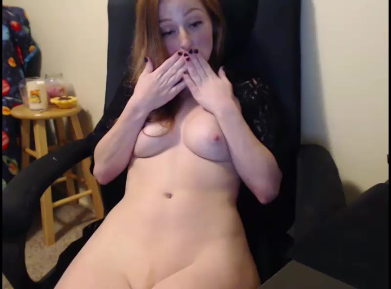 Redheaded hottie May Marmalade rubs her pussy on webcam